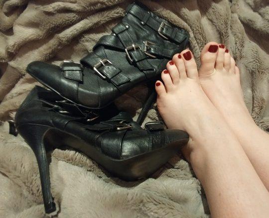 Toronto Dominatrix Mistress Mindy's beautiful feet