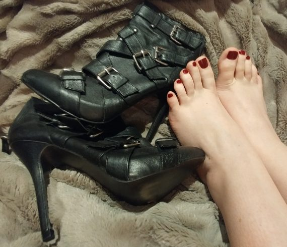 Toronto Dominatrix Mistress Mindy's beautiful feet